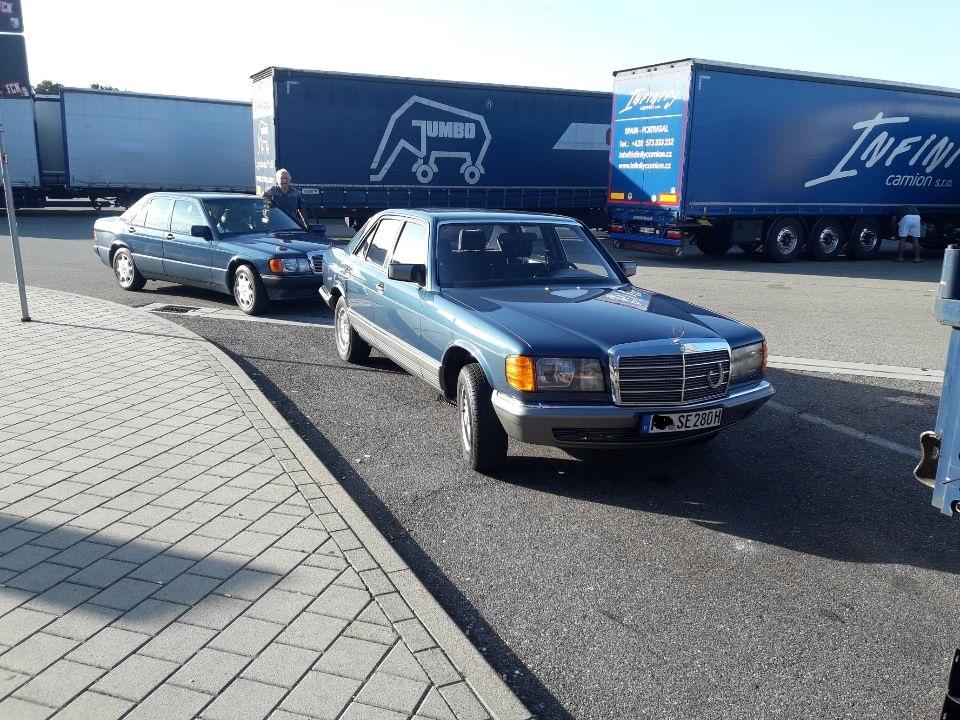 Der rubinrote R 129 mußte für den blauen W 201 und W 126 weichen zur Freude von Vater und  Sohn